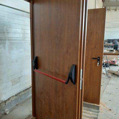 Двери с МДФ дуб и антипаникой 1